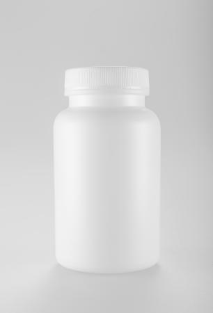botellas vacias: Blanco botella de la medicina en el fondo blanco Foto de archivo