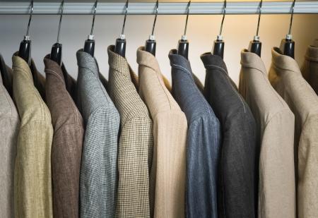 ropa colgada: camisas de hombre. camisas de hombre en perchas