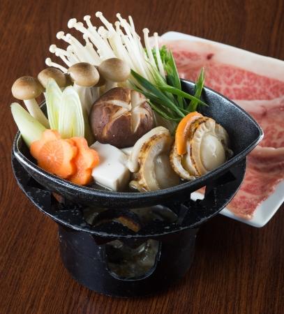 японская кухня горячий горшок на фоне Фото со стока