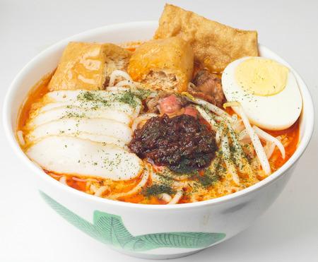 Curry Laksa que es una popular sopa de fideos picante tradicional de la cultura Peranakan en Malasia y Singapur