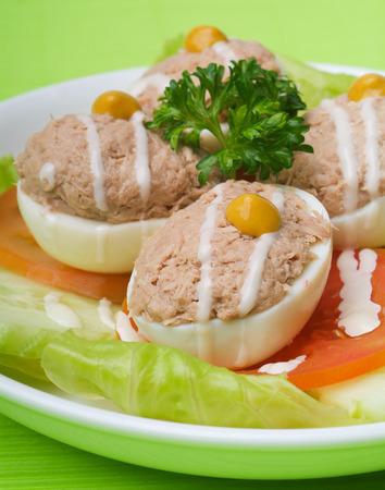 plato de ensalada: huevo. ensalada plato de at�n con huevo letuce oliva Foto de archivo