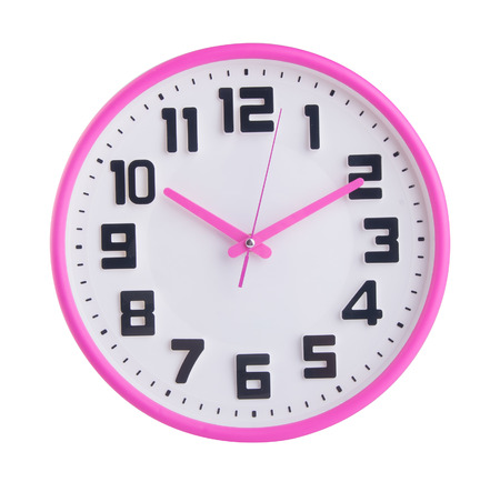 reloj pared: reloj. reloj de pared sobre un fondo.
