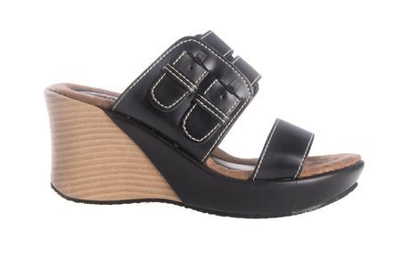sandal: zapato. sandalia de la mujer en el fondo