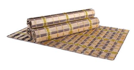 bambu: estera de bambú en el fondo blanco