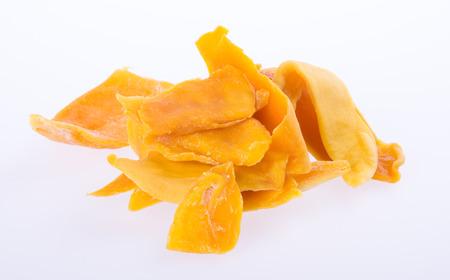 frutas secas: mango rebanadas de mango secas o secas en el fondo Foto de archivo