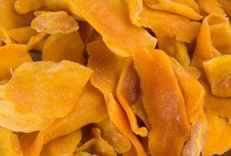 mango: mango suche lub suszone plastry mango na tle Zdjęcie Seryjne