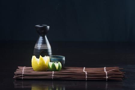 日本の料理。背景に酒