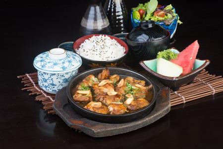 日本の料理。背景にチキンのホット プレート