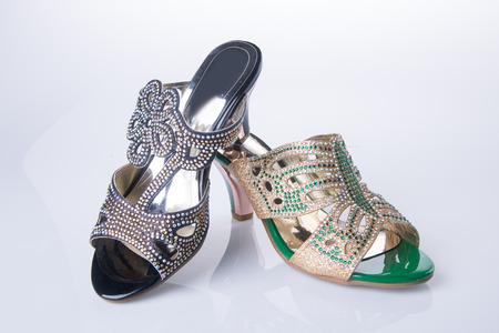 sandalia: zapato. sandalia de la mujer en el fondo