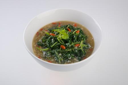 sopa de pollo: sopa de verduras en el fondo aislado Foto de archivo