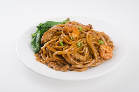 chinesisch essen: Nudeln. Gebratene Nudeln mit H�hnerfleisch Lizenzfreie Bilder