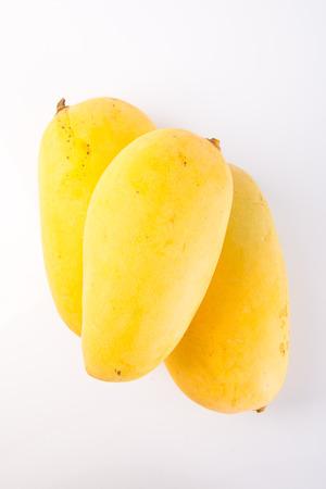 mango: mango. żółty mango na tle