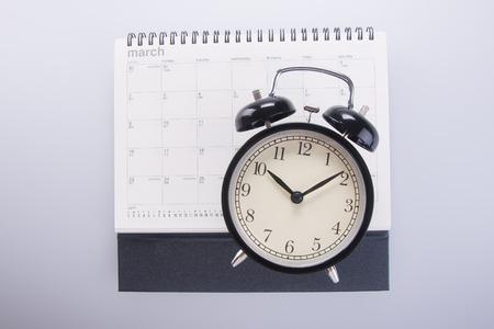 reloj: reloj despertador con calendario. reloj despertador con calendario en el fondo Foto de archivo