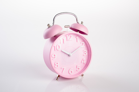 despertador: reloj despertador. reloj de alarma en el fondo. reloj de alarma en el fondo Foto de archivo