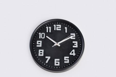 reloj: reloj o reloj de pared. reloj de pared sobre un fondo