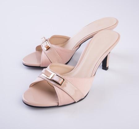sandalia: zapato o sandalia de la mujer sobre un fondo