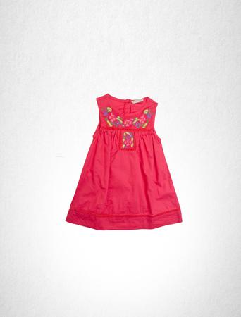 vestido o vestido para los niños en color rojo sobre un fondo Foto de archivo