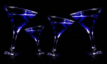 Vista panorámica de bebidas azules en una copa de martini sobre un fondo negro
