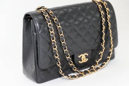 Philadelphia, Pennsylvania, USA, 10. August 2018: Foto der schwarzen Chanel Handtaschenmarke Editorial auf weißem Hintergrund. Editorial