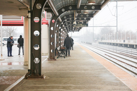 Hamilton Township New Jersey February 11, 2019: Train Arrives During Snowfall In New Jersey Railway Station. It is the main railway station in NJ. - Image Banque d'images - 120226218