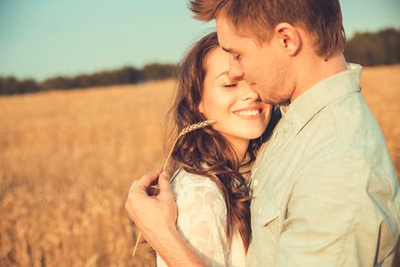 Jeune couple amoureux en plein air. Superbe portrait sensuel en plein air de jeune couple de mode chic posant en été dans le champ Banque d'images