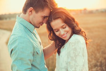 Pareja joven en el amor outdoor.Stunning sensual al aire libre retrato de la joven pareja de moda con estilo que presenta en verano en el jardín