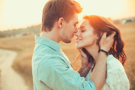 Junges Paar in Liebe outdoor.Stunning sinnlich Outdoor-Porträt der jungen stilvollen Mode Paar im Sommer auf dem Gebiet aufwirft