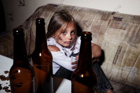 Abus sur mineur. Pauvre enfant dans les bidonvilles vous suppliant pour le concept d'aide pour les gens de la pauvreté ou de la faim,