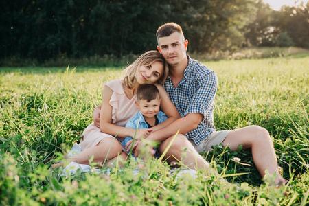 Piękna rodzina na pikniku w przyrodzie.