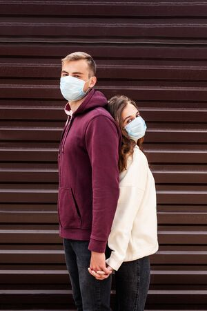 couple in face mask during virus outbreak in city. Coronavirus pandemic. Foto de archivo
