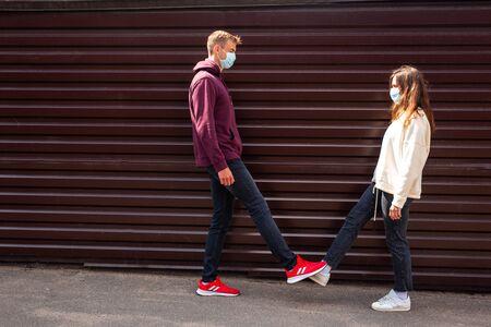 Concept de salutation COVID-19. Foot shake une nouvelle façon de saluer qui évite la poignée de main pour arrêter la propagation du coronavirus