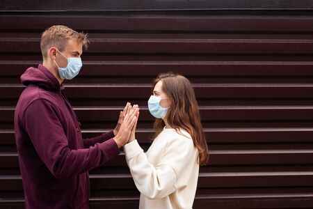 Young couple greeting during virus pandemic in city Foto de archivo