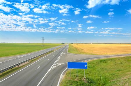climas: Carretera de asfalto. Muestra de camino - gire a la derecha. Foto de archivo