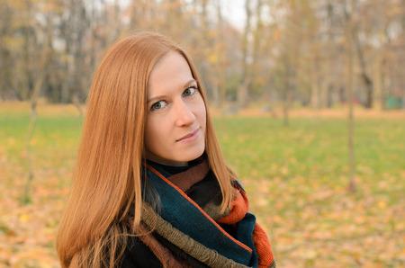 ojos verdes: Retrato al aire libre de la mujer de pelo rojo con ojos verdes