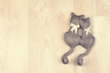 color in: juguete arcilla enamorado gatos sobre un fondo de madera Foto de archivo