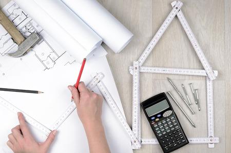 Hände der Ingenieur, der mit dem Werkzeug auf Projektzeichnungen Hintergrund Standard-Bild - 50966360