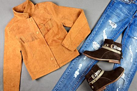 Damenbekleidung und Accessoires - Wildlederjacke, Jeans, Stiefel Standard-Bild - 54159699