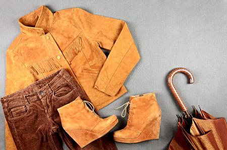 prendas de vestir de color marrón de las mujeres y los accesorios establecidos - chaqueta de ante, pantalones de pana, botas, paraguas