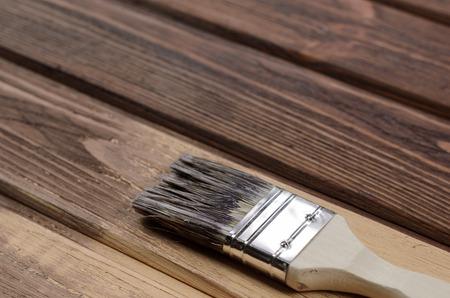 Immagini stock il processo di dipingere superfici di legno con