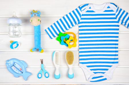 accesorios de bebé en el fondo de madera blanca