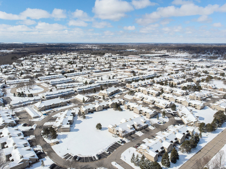Aerial view of town. Winter time, sunny day. American neighborhood Standard-Bild - 99948651