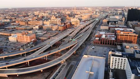 MILWAUKEE, USA - APRIL 26, 2018:  Aerial view of american city at dawn. Milwaukee, Wisconsin, USA on April 26, 2018 Standard-Bild - 100723413