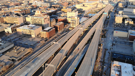 Aerial view of american city at dawn. High-rise  buildings, freeway, bay.  Sunny morning. Milwaukee, Wisconsin, USA Standard-Bild - 101868206