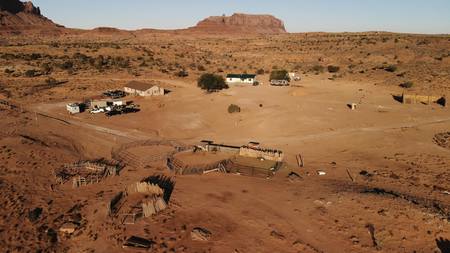 Village near the Oljato–Monument Valley in Arizona.  Ranch house. Aerial view, from above, drone shooting 免版税图像