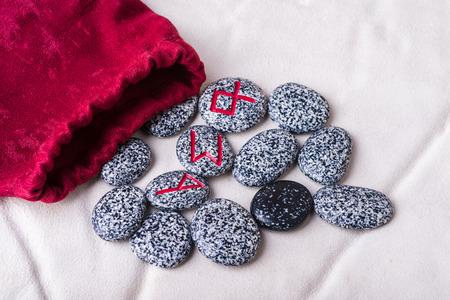 runes: runes de ch�ne, futhark sur moutons blancs
