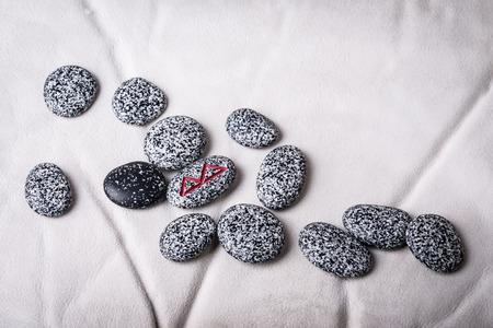 runes: runes de pierres naturelles sur peau de mouton blanc
