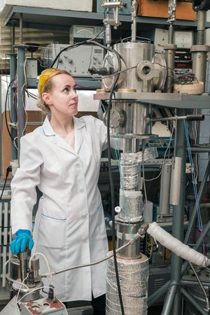 programm: Scienziato che lavora in una banca di azoto liquido. Crioconservazione di cellule riproduttive in modalit� programma. Archivio Fotografico