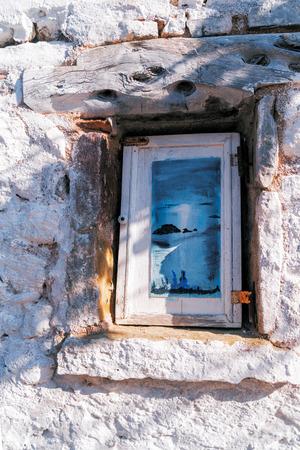 puertas antiguas: Puertas rojas de madera y arbusto verde más claro pared blanca. parte de la casa en Corfú con madera ventanas verdes. Ventana vieja de una casa tradicional griega en la isla de Corfú Foto de archivo
