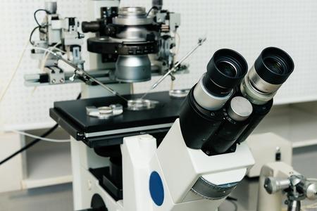 in vitro: Microscopio para el proceso de la fecundación in vitro de cerca. Equipo en laboratorio de fertilización, fertilización in vitro.