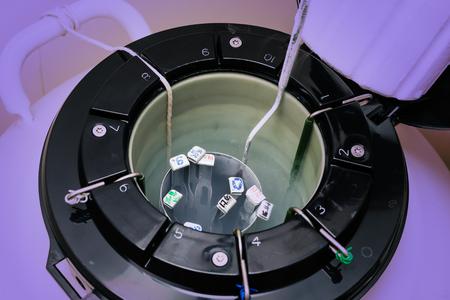 Un banco de nitrógeno líquido que contiene muestras de esperma y huevos. Equipos de alta tecnología del laboratorio utilizado en el proceso de fertilización in vitro. Foto de archivo